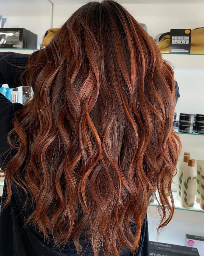 Langes kastanienbraunes Haar