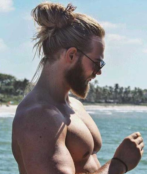 Hochsteckfrisur Brötchen mit poliertem Bart