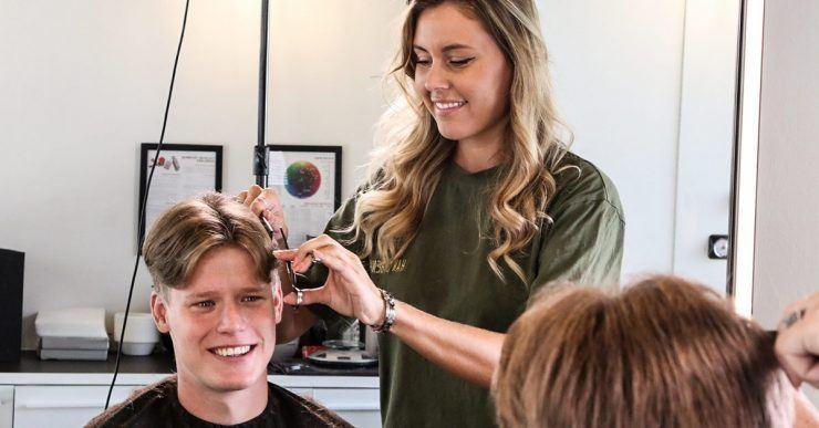 Mann bekommt einen Haarschnitt