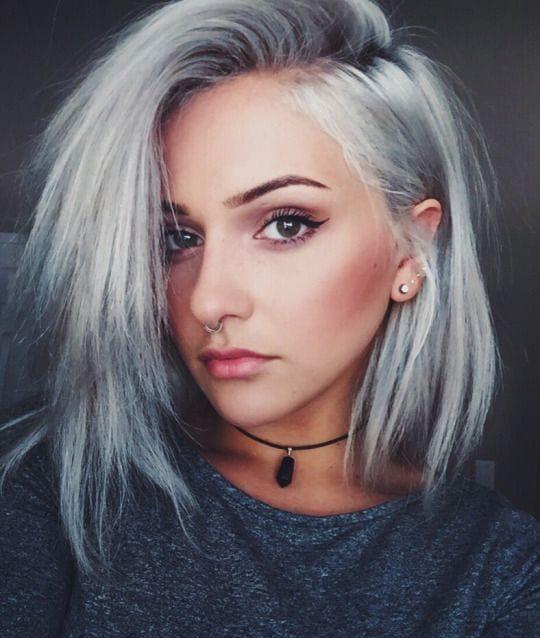 Silbernes kurzes graues Haar