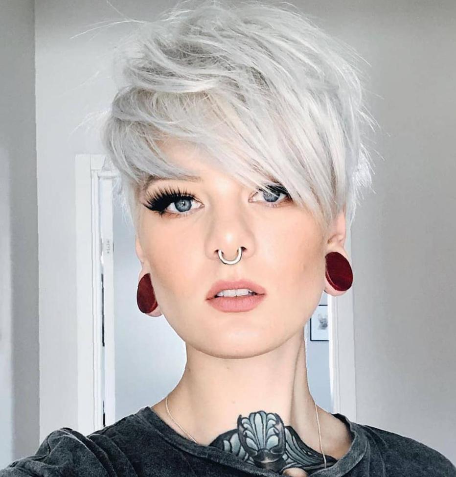 Nervöse kurze graue Haarschnitte