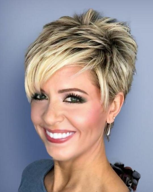 Dickes Haar, kurze Frisuren für Frauen über 50