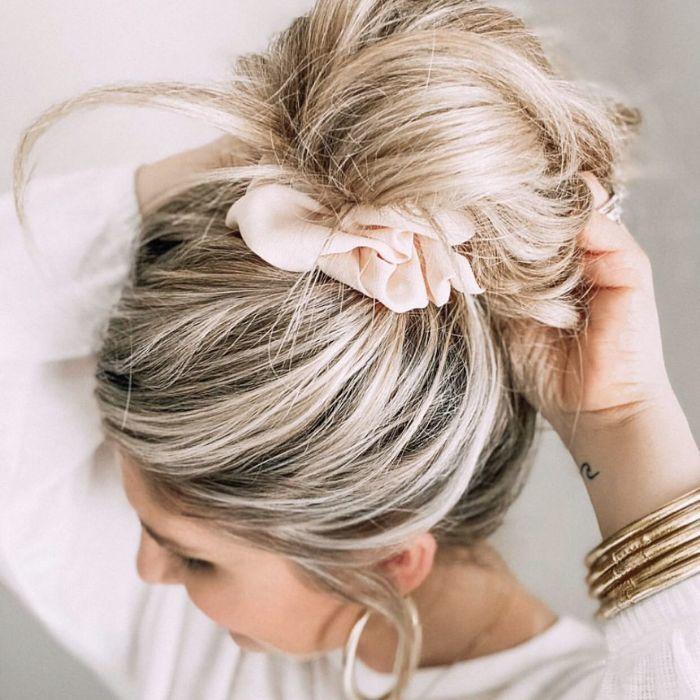 Unordentliches Brötchen für langes dickes Haar