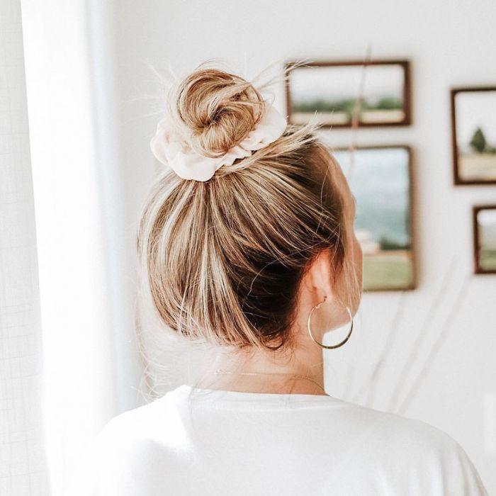 Unordentliches Brötchen für dünnes Haar