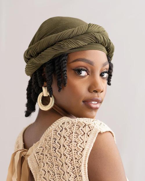 Frau, die einen Headwrap-Stil trägt