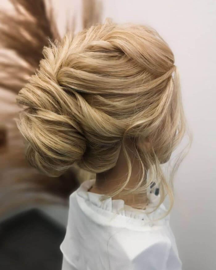 Schöne Low-Bun-Frisur