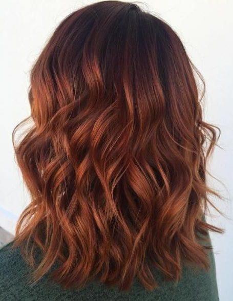 Kupferbalayage auf braunem Haar kurz