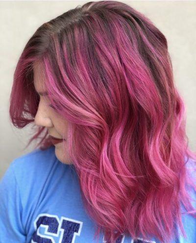 Fuchsiafarbenes Haar mit dunklen brünetten Wurzeln