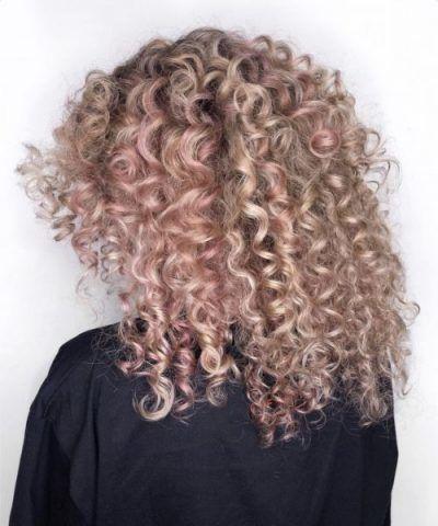 Roségoldenes Haar mit spiralförmigen Locken