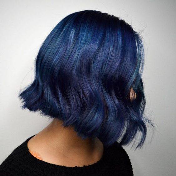 nachtblaues schwarzes bis blaues kurzes Haar