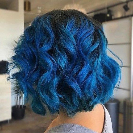 kurzes dunkelblaues bis hellblaues Haar