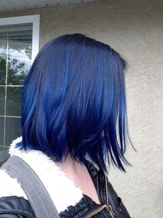 kurze dunkelblaue Haare