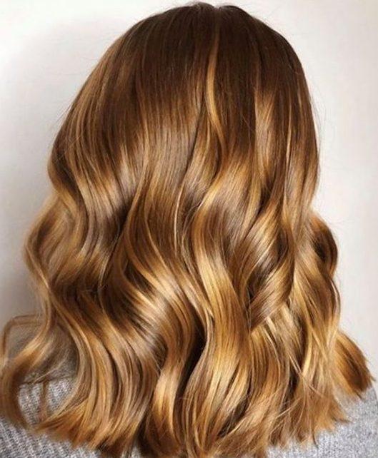 Honigblond für kurzes welliges Haar