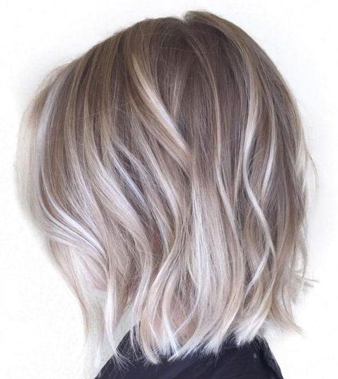 Aschblond für kurzes welliges Haar