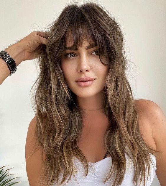 langes, unordentliches Haar