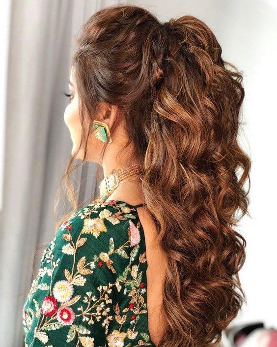 Indische unordentliche Frisur für Mädchen