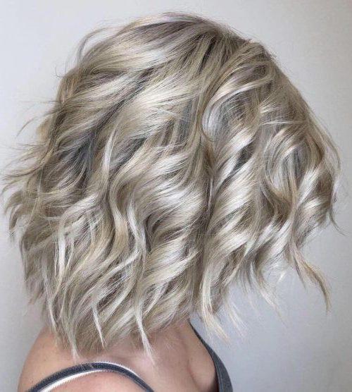schulterlanges kurzes gefiedertes Haar