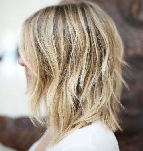 geschichtete gefiederte Frisuren für mittellanges Haar