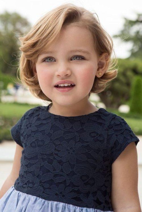 Kleines Mädchen schulterlange Bob-Frisuren