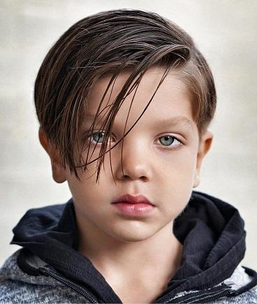 Lange seitlich gefegte Frisur für Jungs