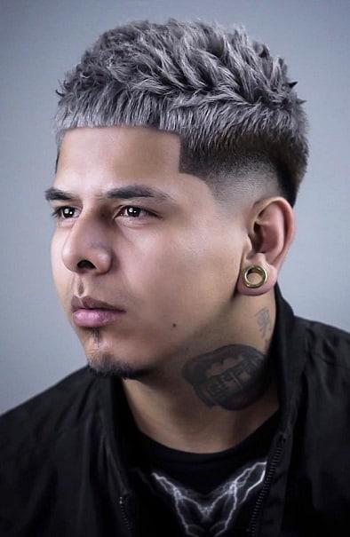 Die mittelgrau gefärbte Frisur, um natürlich auszusehen