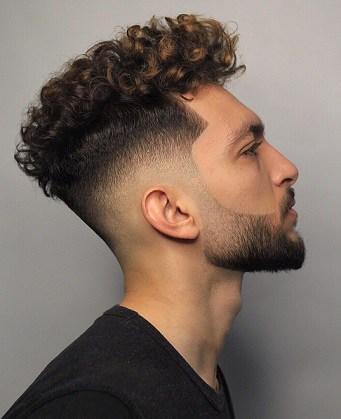 Verblasste dunkle Haarfarbe für Jungs am College