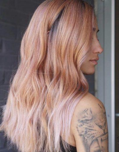 Langes rosa Haar mit Beachy Waves