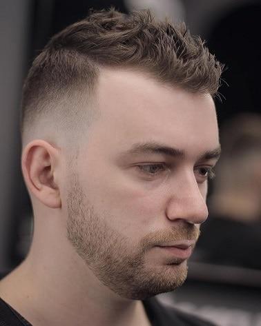 Die kurze und stachelige Frisur für zurückgehenden Haaransatz