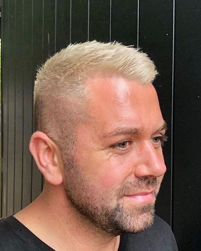 Blondes unordentliches kurzes Haar
