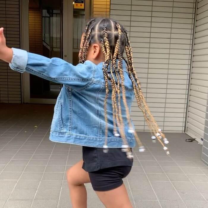 Langes geflochtenes Haar mit Perlenspitzen