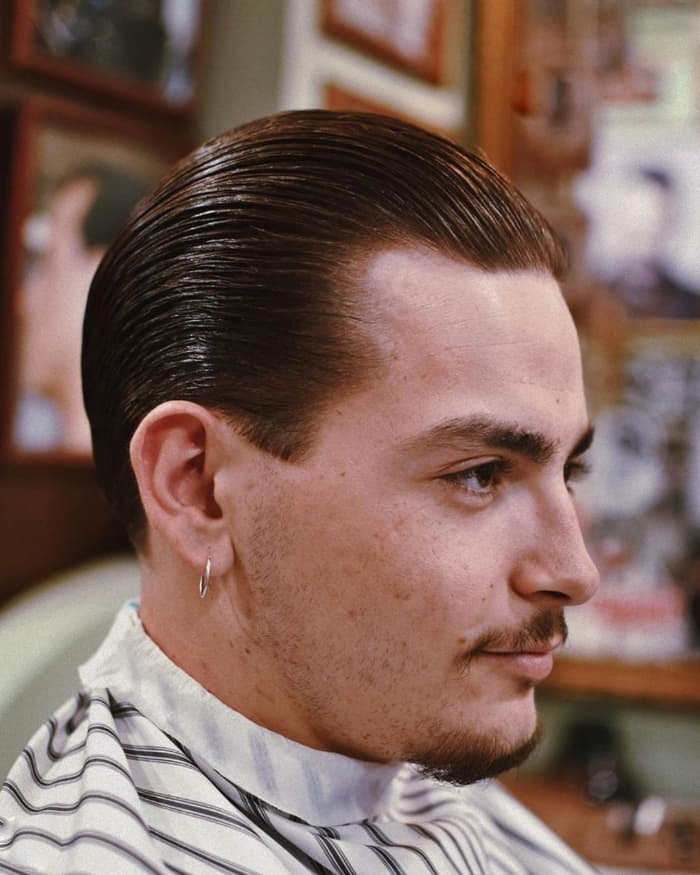 Schlanke Hollywood-Frisur