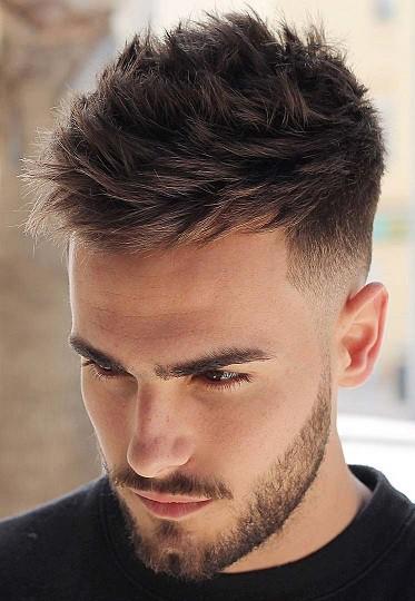 Strukturierte und kurze Frisur
