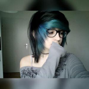 Haarschnitt mit Farbe überkämmen
