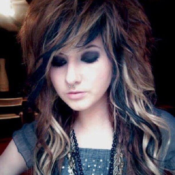 Langes, gewelltes Haarschnitt mit Farbe