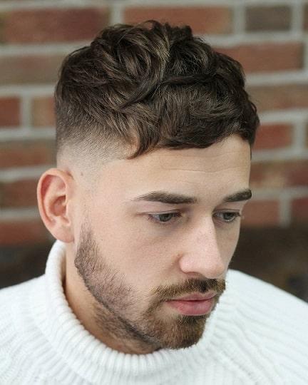 Kurzer und unordentlicher Haarschnitt