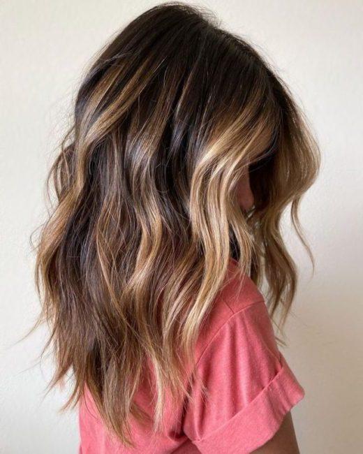 schmutziges blondes Haar mit Strähnen
