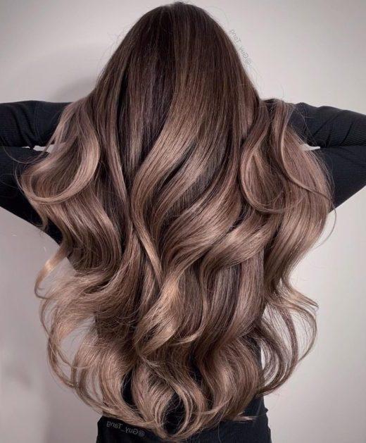 dunkles, schmutziges blondes Haar