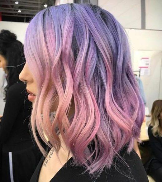 schulterlanges kurzes lila Haar