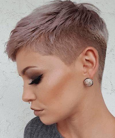 Unterschnittener Pixie-Haarschnitt, rasierte Seiten