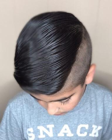 Strukturierte, seitlich gefegte Frisur mit unterbrochenem Undercut