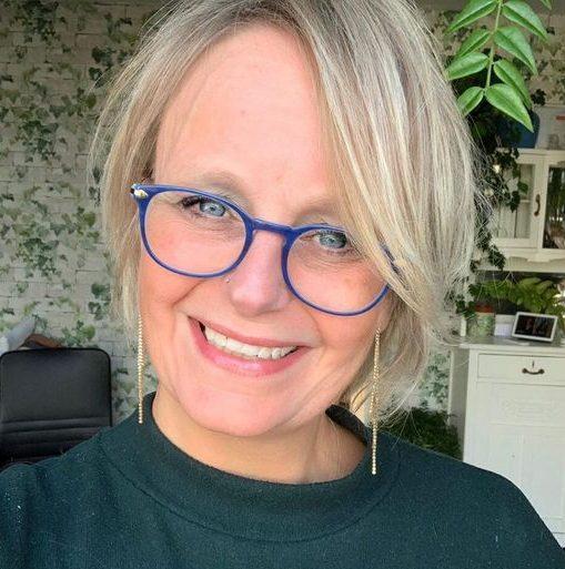 Pflegeleichte Frisuren für 70-jährige Frau mit Brille