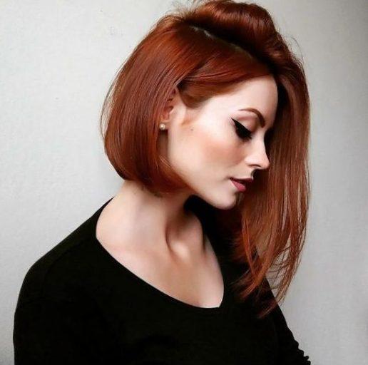 dunkle kurze rote Haarfarbe