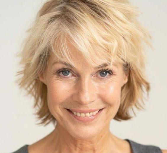 Kurze zottelige Haarschnitte über 60