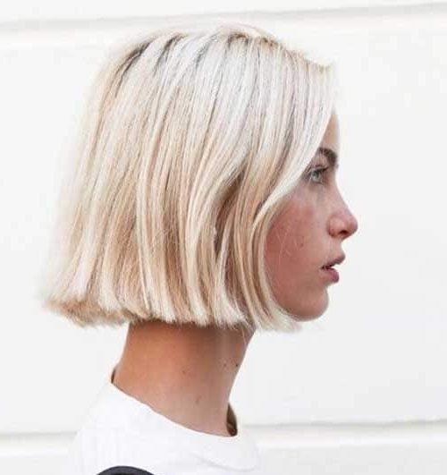 schulterlanges kurzes blondes Haar