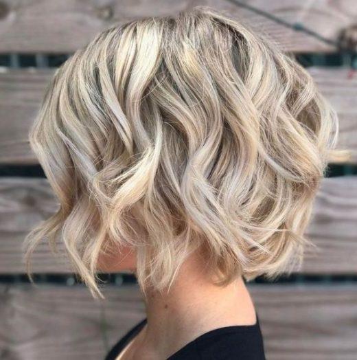 hebt kurze blonde Haare hervor