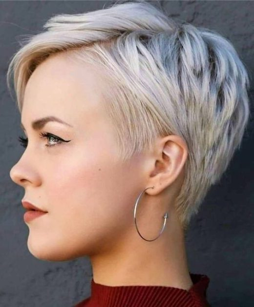 abgehacktes kurzes blondes Haar