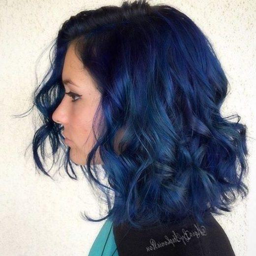 schulterlanges kurzes blaues Haar
