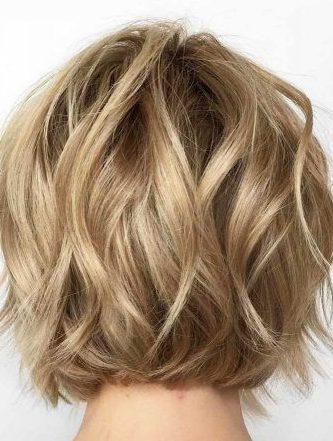 wellige lockige kurze haare