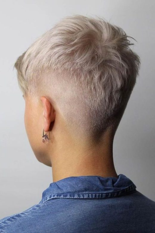weibliches Mädchen verblasst Haarschnitt