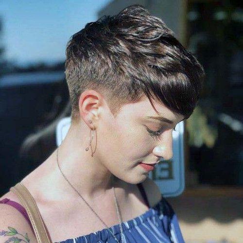 schwarze weibliche verblassende Haarschnitt-Designs